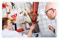 Lina Östberg och Tony Olsson diskuterar övningsskulpturerna inför tävlingen i Genève.